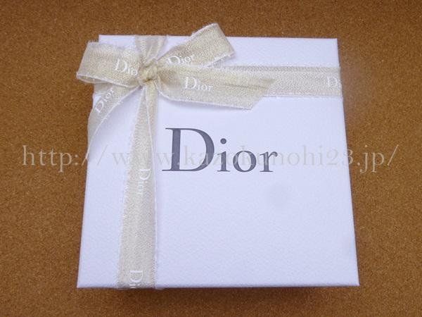 こんな感じの箱に入っていました。diorの公式ホームページで見てたけど、思ってた以上に可愛い!