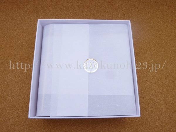 ラメラメなリボンをそっと外して、中を見てみると薄い包装紙でベールされたディオールアディクトセットが。やばいテンション上がってきたー。