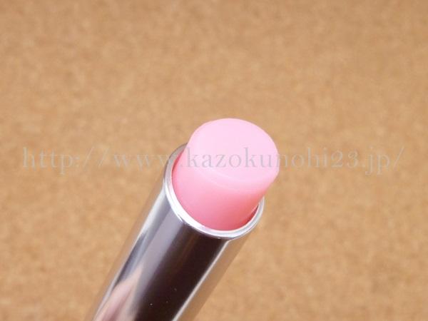 ディオール アディクト リップ グロウ 001ピンクは、つけたときに赤みを帯びます。いろが変わるのが面白い。