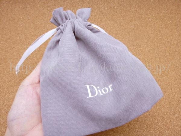 ディオールのグレーの巾着には、なにが入っているのでしょうか。楽しみ