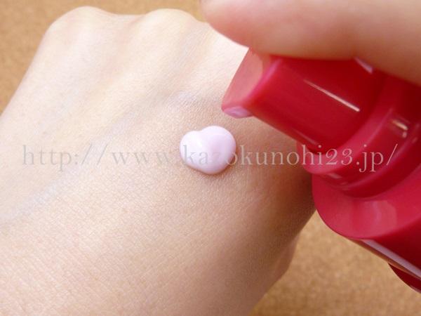 ロート製薬いろはだ美容乳液は淡いピンク色をしています。