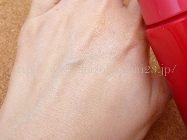 ロート製薬いろはだ美容乳液を肌になじませたところ。肌がうるおってきれいになっています。