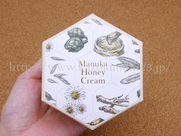 山田養蜂場のマヌカハニークリームは、可愛らしいハニカム構造の紙箱に入って届きました。