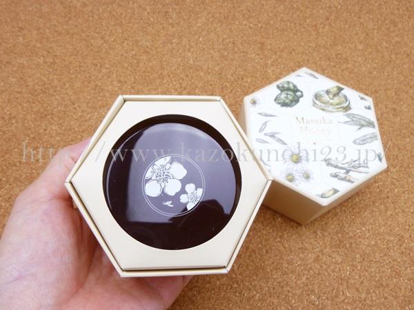 山田養蜂場マヌカハニークリームはこんな感じでオリジナル紙箱に入っていました。