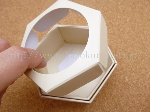 ハニカム構造をしている山田養蜂場のマヌカハニークリームが入っていた紙箱。こうやって取り外して使うことができます。
