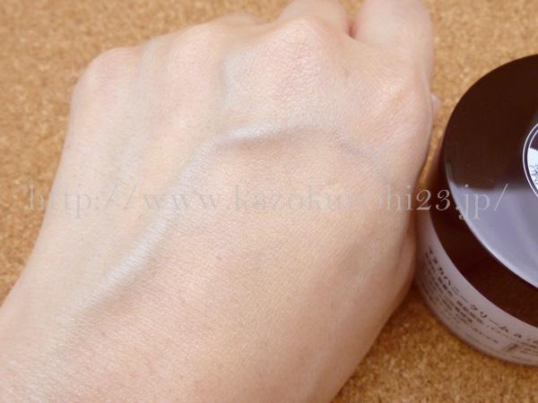 山田養蜂場のマヌカハニー保湿クリームの肌なじみを、写真つきで公開中。