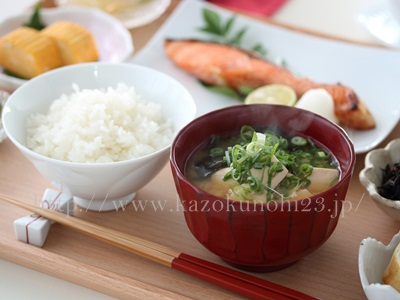 冬の乾燥肌対策として、バランスのとれた食事を摂取することを紹介しています。