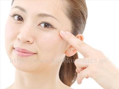 目元の小じわ・たるみを解消!アイクリームの効果と使い方を徹底解説。目元を手でおさえている女性