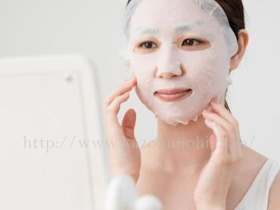 抵抗力の弱い肌を保護するために美容シートマスクを使っているところ。