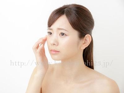 間違ったクレンジングは敏感肌の原因に!正しい選び方と使い方を徹底解説で、頬に手を当て考える女性。