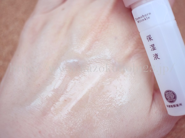 ドモホルンリンクルの保湿液(化粧水)を肌になじませているところ。手がお肌に吸い付くまでトントンするみたいです。