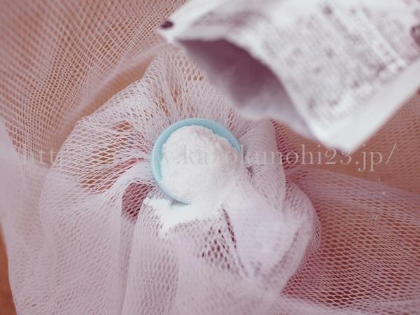 ファンケルの泡立てネットの内部に隠れているお皿1枚のすりきり1杯分が洗顔1回分の洗顔パウダーとなります。