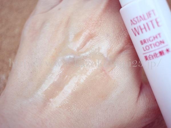 とても良い香りのするアスタリフトホワイト化粧水。オレンジ色をしているため、きちんと肌になじむのか不安でしたが大丈夫でした。