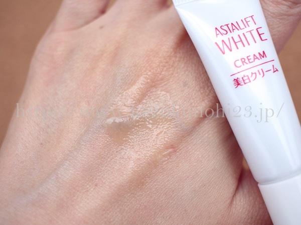 アスタリフトホワイトにはメラニンの生成を抑えるアルブチンが配合されています。肌なじみを写真付きで口コミ報告中。