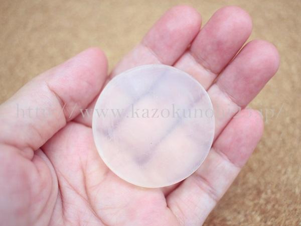 敏感肌でも使うことのできるティモシア洗顔石鹸はこんな感じの透明な石鹸です。
