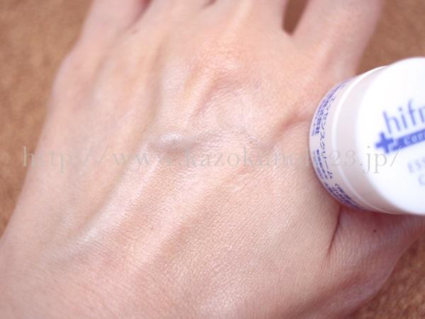 小林製薬hifmidスキンケアの保湿クリームを肌になじませているところ。