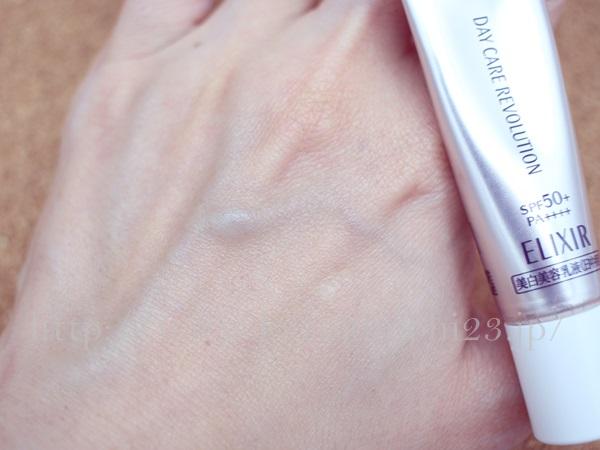 エリクシールホワイト化粧下地効果つき美白日中用美容液の使用感を報告します。