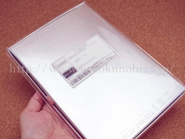 シズカゲル 美白オールインワンゲルはこんな感じの銀箱で届きました。
