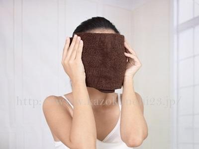 美容オイルでいちご鼻を解消!美容オイルは毛穴のお手入れにも最適。顔に蒸しタオルをあてているところ。