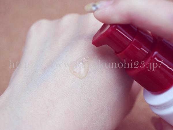 シャバシャバな化粧水であるグリコエレジナローションの肌なじみを写真つきで口コミ中。画像は1滴分を肌になじませているところ。