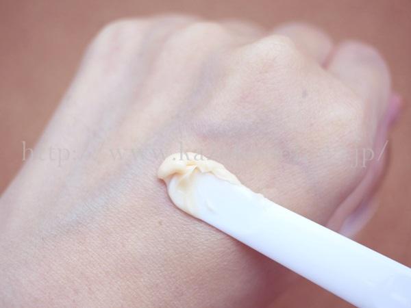 グリコエレジナ保湿クリームを使って肌の保湿をはかっているところ、バターのようにやわらかなテクスチャーをしています。