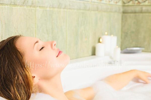 お風呂で湯船に浸かって毛穴を開かせる
