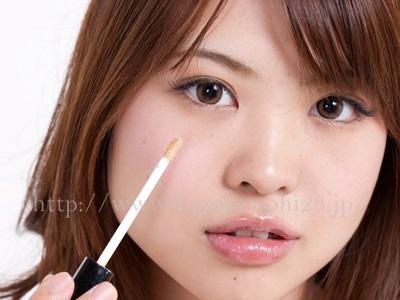 プラセンタ化粧品でニキビ跡が治る!赤み・クレーターなど全てに効果的!コンシーラーを使ってニキビ跡を隠す画像。