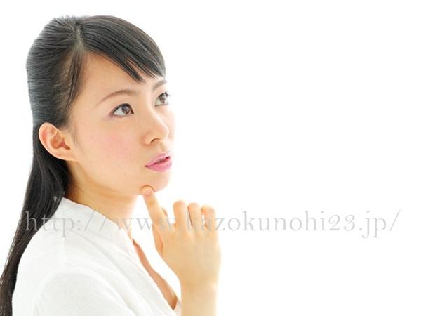 美白成分は目的に合わせて種類を選ぶ!シミの予防・改善に効果的な有効成分とは、考えている女性の横顔。