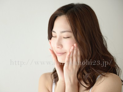 美容オイルをブースターとして使用するには、洗顔後すぐに肌になじませます。