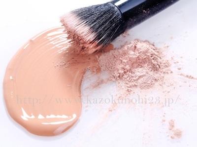 美容オイルは化粧品に混ぜて使うこともできます。画像は、ファンデーションに美容オイルを混ぜているイメージとなります。