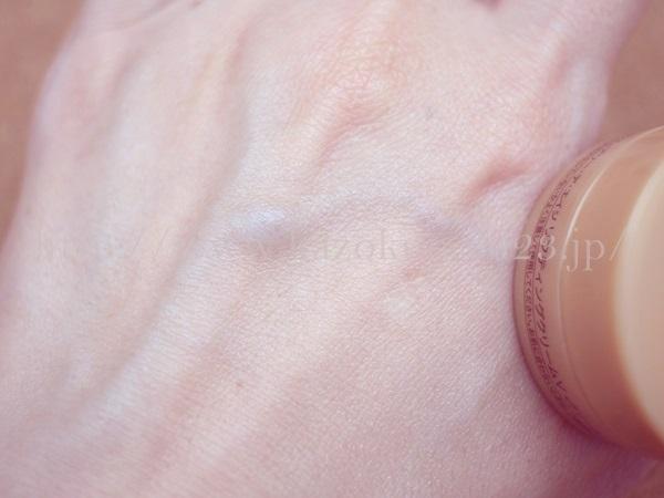 アンプルールエイジングクリームを肌になじませ終わった後。まずまずのしっとり感が楽しめます。