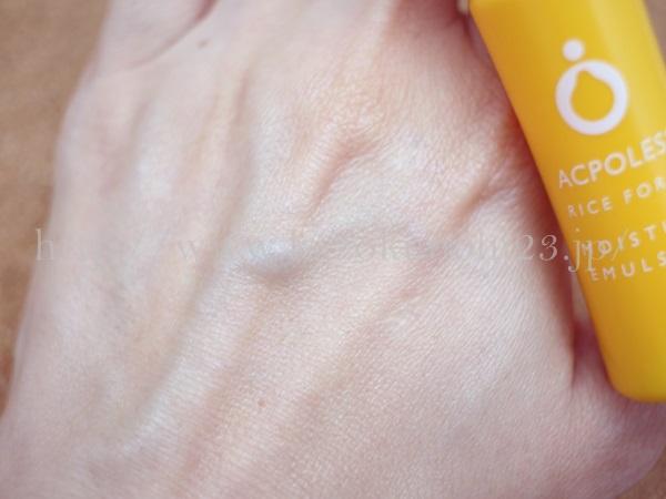 アクポレス モイスチュアエマルジョンの肌への浸透具合を写真付きでクチコミしていきます。