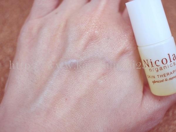 ニコラオーガニックのスキンセラピストオーガニックオイルの肌なじみについて報告中。良い感じでなじんでいます。