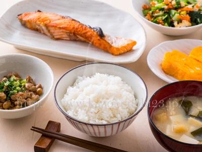 肉・野菜・炭水化物をバランス良く食べることも20代のアンチエイジングとしては良い方法です。
