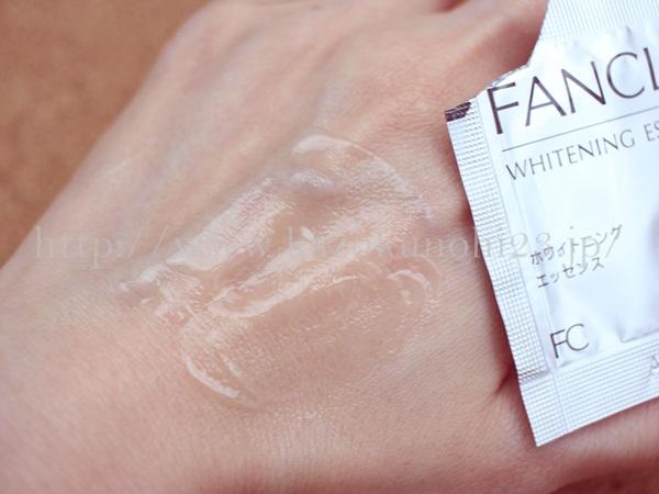 ファンケル美白美容液の肌なじみをチェックしています。なめらかで、好きーな美容液です。