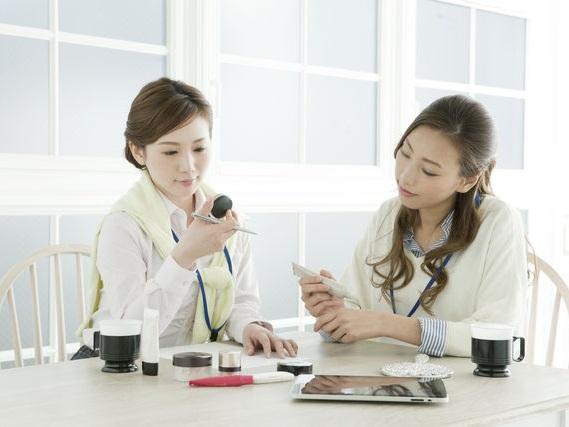 日本人の化粧品のテクスチャーに対するこだわりは、世界一なんだとか。スキンケアやメイク用品のテクスチャーチェックをする日本人女性イメージ。