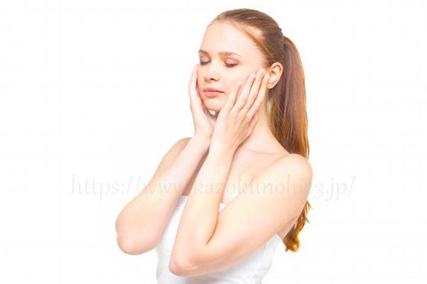 しわクリームを馴染ませた部分は優しく押さえて手の熱で浸透させる