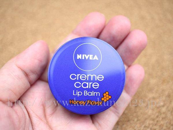 ニベアクリームケアリップバーム。はちみつもニベアの青缶も嫌いな私ですが、これまぁまぁ好きだった。